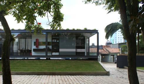 Vista desde o pátio interior: Espaços comerciais  por JOBIM CARLEVARO arquitetos