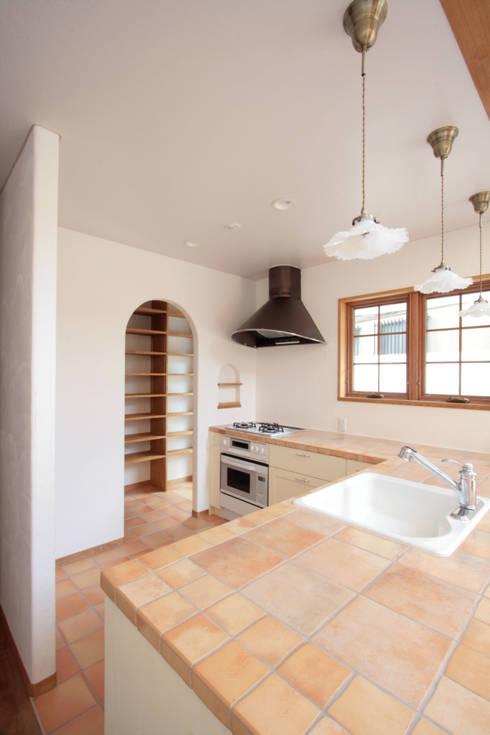 タイル貼のキッチン: 中川龍吾建築設計事務所が手掛けたキッチンです。