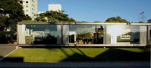 Fachada principal Rua 916: Espaços comerciais  por JOBIM CARLEVARO arquitetos