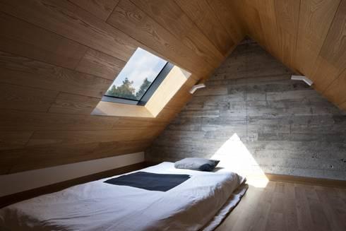 1동 다락방: ARCHITECT GROUP CAAN의  침실