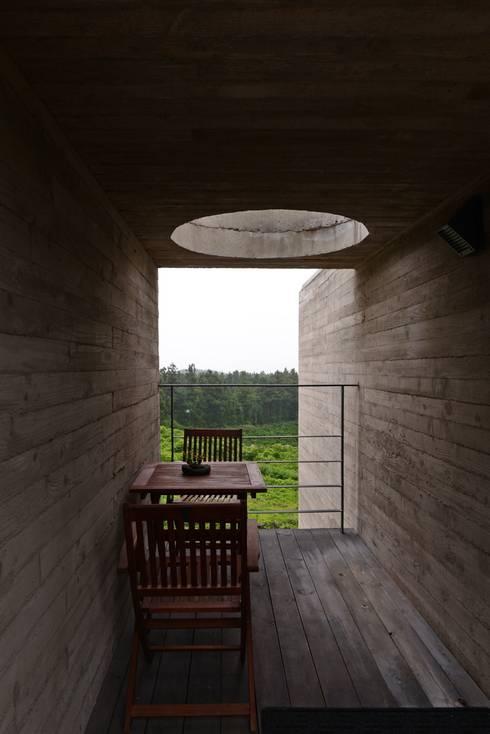 식당동 객실 앞 공간에서 본 남측 경치: ARCHITECT GROUP CAAN의  베란다