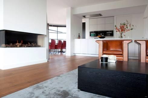 Houten vloer in woonkamer : moderne Woonkamer door BVO Vloeren
