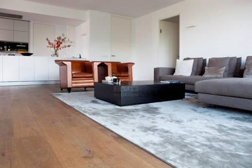 Houten vloer in woonkamer: moderne Woonkamer door BVO Vloeren