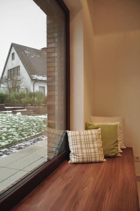 Sitzbank im Panoramafenster:  Wohnzimmer von Lecke Architekten