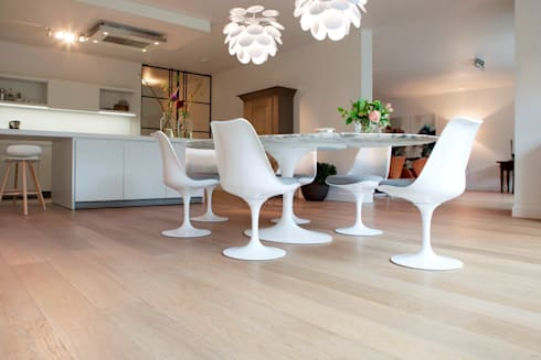 Eiken vloer in woonkamer: moderne Eetkamer door BVO Vloeren