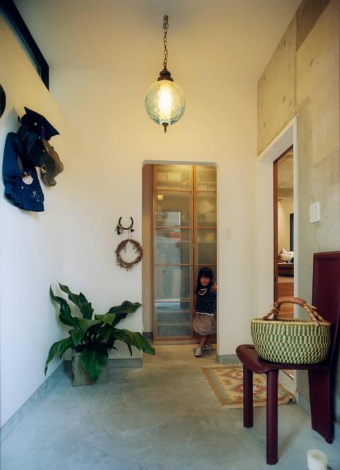 大きな土間空間のある玄関: 井村建築設計が手掛けた窓です。
