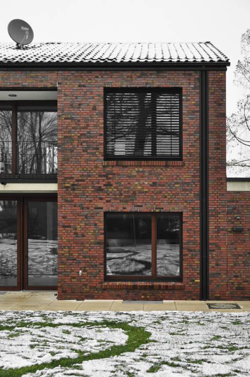 Klinkerfassade mit Fenstern und Sonnenschutz:  Häuser von Lecke Architekten