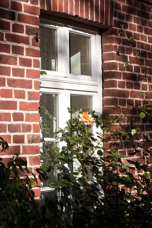 Ehemalige Scheune mit neuem Holzfenster:  Fenster von Lecke Architekten