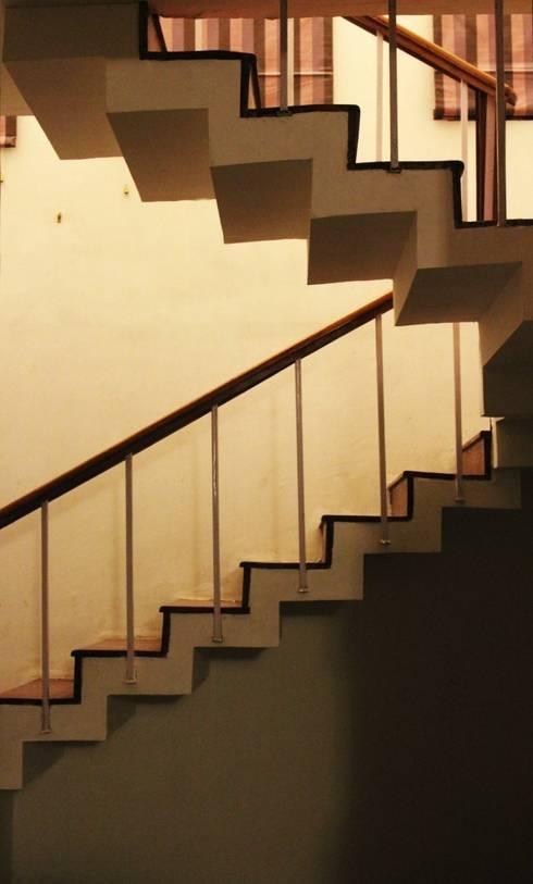 staircase:  Corridor & hallway by mold design studio