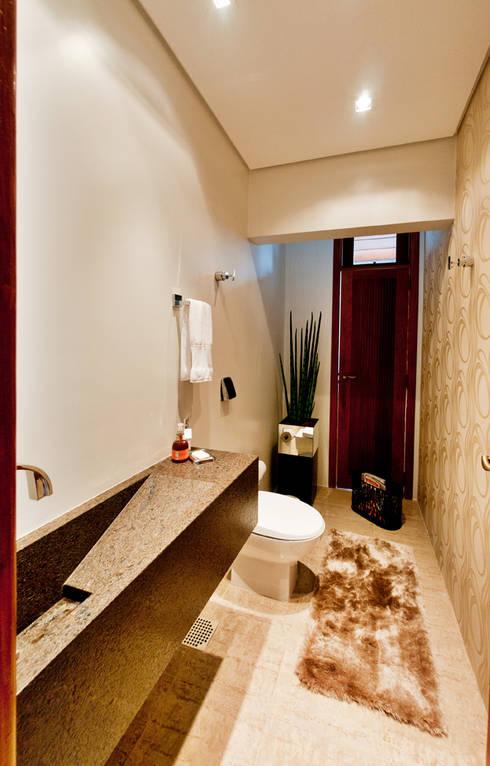 PROJETO ARQUITETÔNICO FACHADA E INTERIOR DA RESIDÊNCIA PRUNER  (Fotos: Lio Simas): Banheiros rústicos por ArchDesign STUDIO