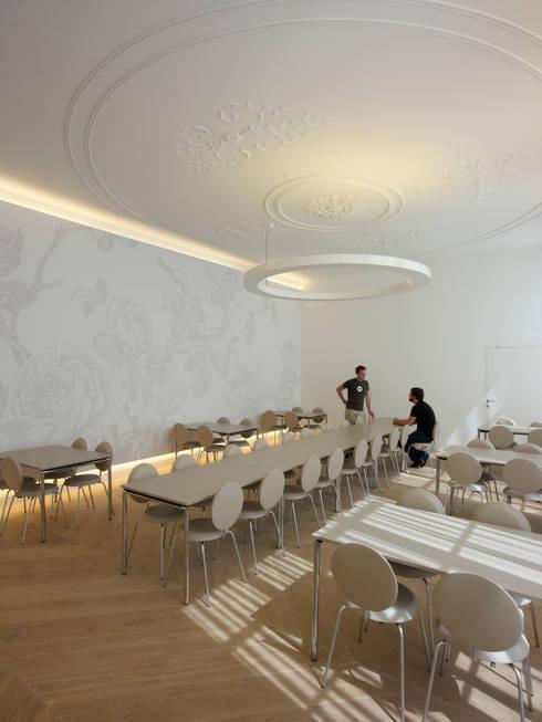 De eetkamer:  Scholen door PUUR interieurarchitecten