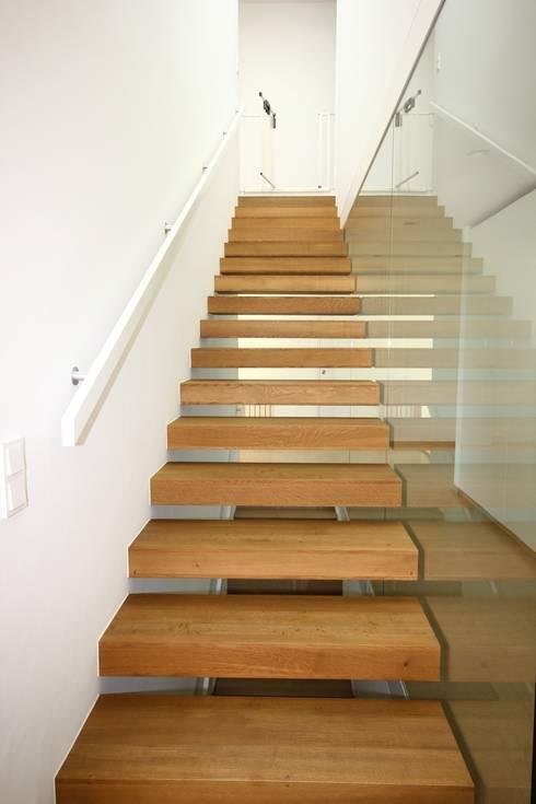 auskragende Stufen:  Flur & Diele von KARL+ZILLER Architektur