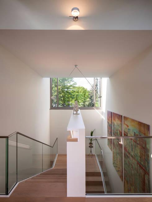 Treppenraum OG:  Flur & Diele von ARCHITEKTEN BRÜNING REIN