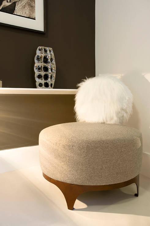 Round chair di Studio9: Soggiorno in stile in stile Moderno di art5