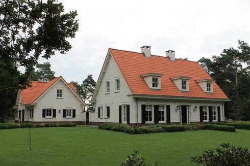 Totale compositie vanaf de straatkant gezien: landelijke Huizen door Arceau Architecten B.V.
