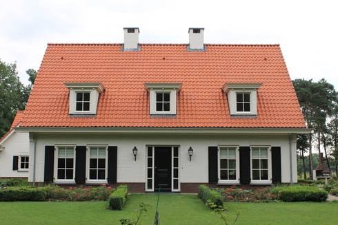 Een perfect symmetrische voorgevel bied het interieur voldoende mogelijkheden: klasieke Huizen door Arceau Architecten B.V.