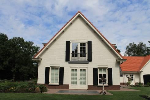 Niet alleen de voorgevel is perfect symmetrisch, ook de zijgevel is gespiegeld ontworpen: klasieke Huizen door Arceau Architecten B.V.