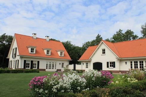 Een bloemenzee geef nog meer kleur aan de woning: landelijke Tuin door Arceau Architecten B.V.