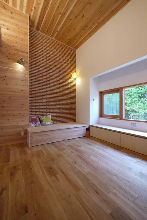 ベンチソファがある、高天井のリビング: みゆう設計室が手掛けたリビングです。