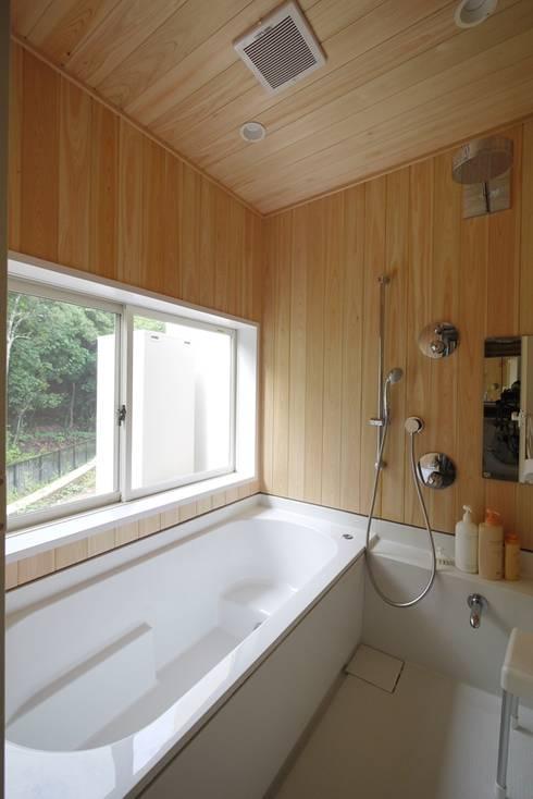 森を望む浴室: みゆう設計室が手掛けた浴室です。
