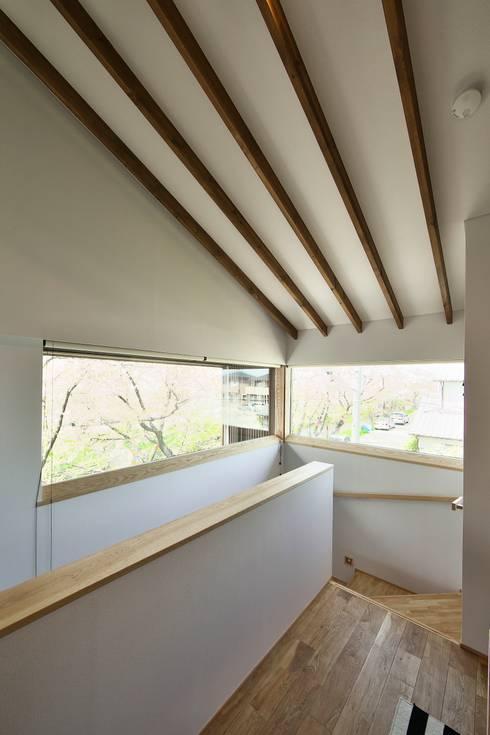 桜並木の家: 五藤久佳デザインオフィス有限会社が手掛けた廊下 & 玄関です。
