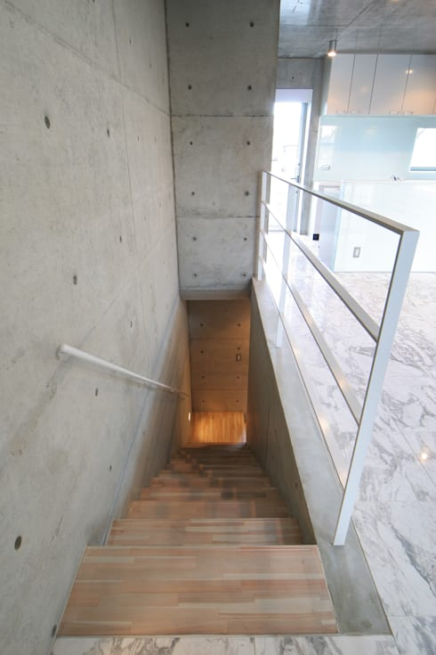 稲沢の家: 五藤久佳デザインオフィス有限会社が手掛けた廊下 & 玄関です。