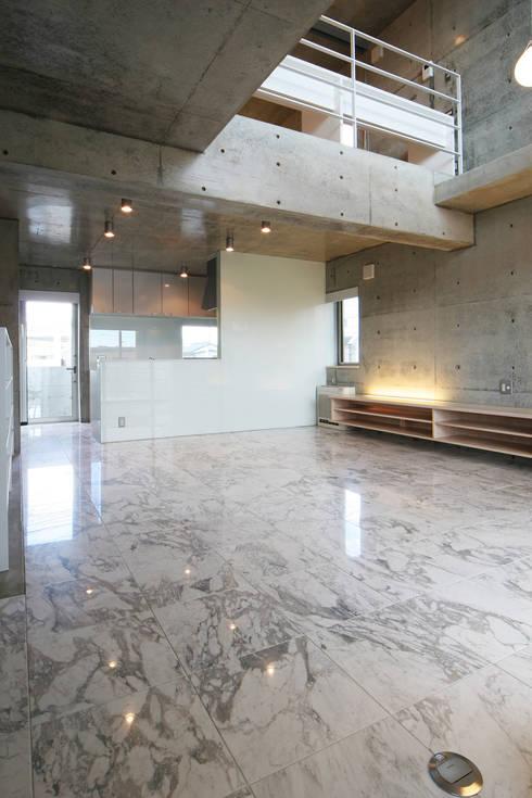 稲沢の家: 五藤久佳デザインオフィス有限会社が手掛けたリビングです。