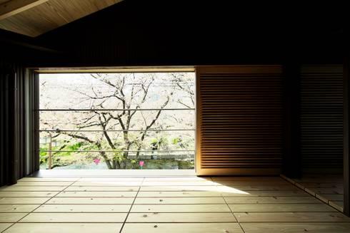 桜並木の家: 五藤久佳デザインオフィス有限会社が手掛けたベランダです。