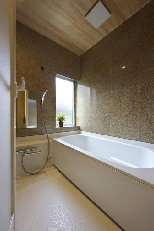 尾張旭の家: 五藤久佳デザインオフィス有限会社が手掛けた浴室です。