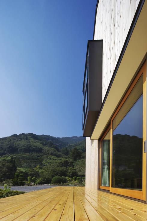 南濃の家: 五藤久佳デザインオフィス有限会社が手掛けたベランダです。