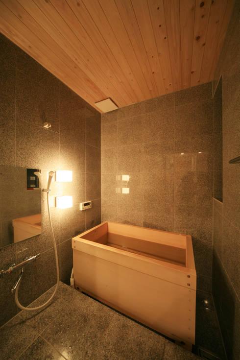 寺東の家: 五藤久佳デザインオフィス有限会社が手掛けた浴室です。