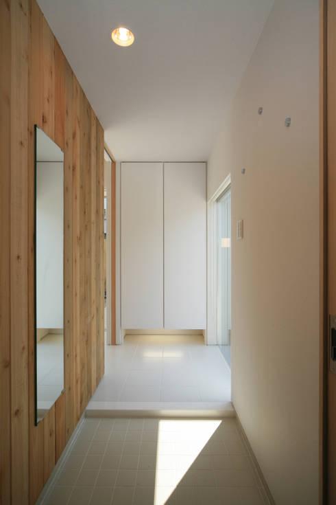 東刈谷の家: 五藤久佳デザインオフィス有限会社が手掛けた廊下 & 玄関です。