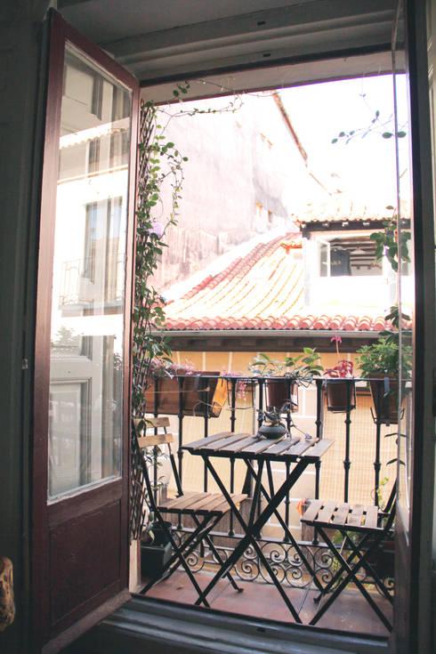 Apartamento en Malasaña: Terrazas de estilo  de CARLA GARCÍA