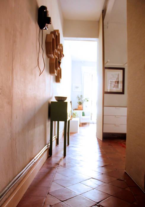 Apartamento en Malasaña: Pasillos y vestíbulos de estilo  de CARLA GARCÍA