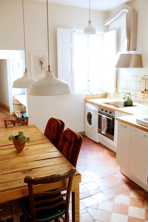 Apartamento en Malasaña: Cocinas de estilo mediterráneo de CARLA GARCÍA