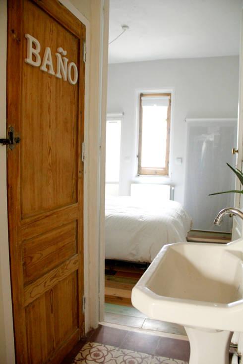 Apartamento en Malasaña: Dormitorios de estilo escandinavo de CARLA GARCÍA