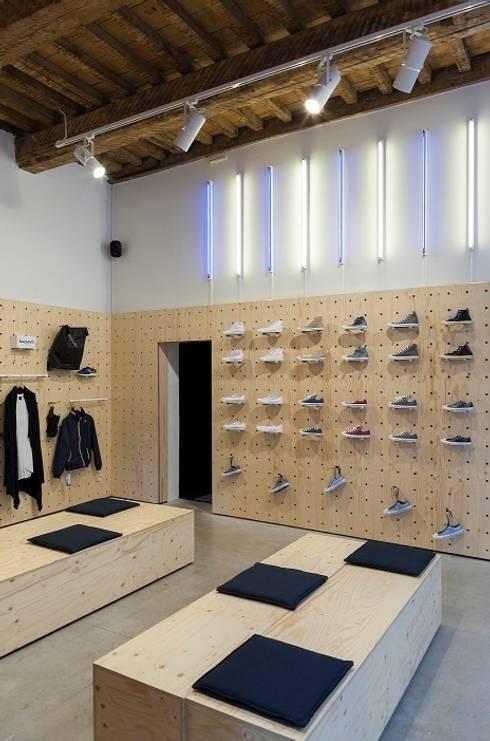 Monar & Clothes  - Antwerpen:  Winkelruimten door PUUR interieurarchitecten