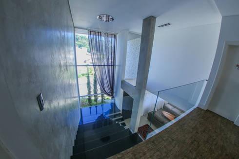 Casa Fabris: Corredores e halls de entrada  por Cecyn Arquitetura + Design