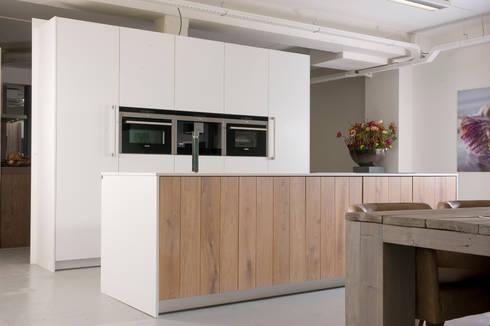 Eigen atelier Nordic white: moderne Keuken door NewLook Brasschaat Keukens