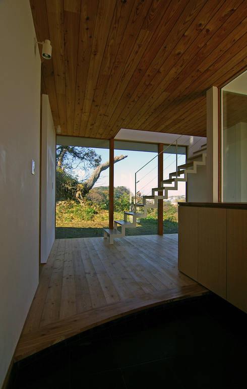 エントランス: 株式会社横山浩介建築設計事務所が手掛けた家です。