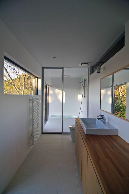 洗面室: 株式会社横山浩介建築設計事務所が手掛けた浴室です。
