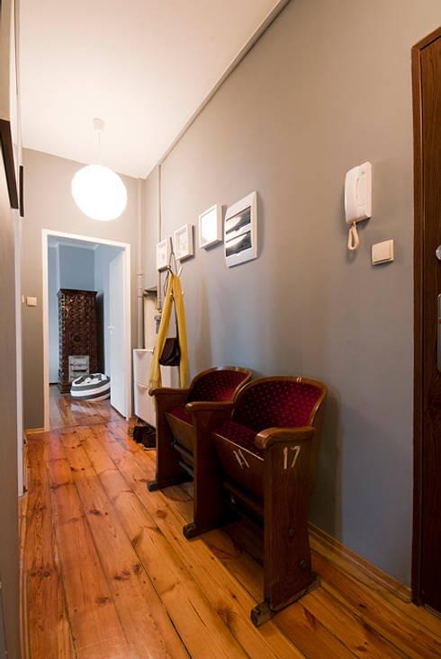 Projekt mieszkania: styl , w kategorii Korytarz, przedpokój zaprojektowany przez Za murami za dachami
