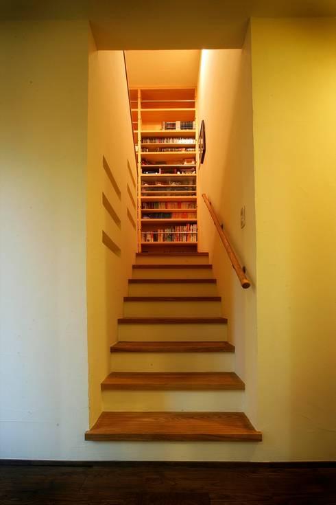 愛媛県松山市の家: Y.Architectural Designが手掛けた廊下 & 玄関です。