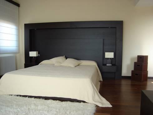 Proyectos y Mobiliario : Dormitorios de estilo moderno de DEKMAK interiores