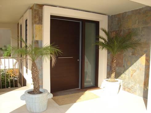 Proyectos y Mobiliario : Puertas y ventanas de estilo moderno de DEKMAK interiores