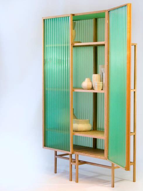 Sine cabinet.      : moderne Woonkamer door Dik Scheepers