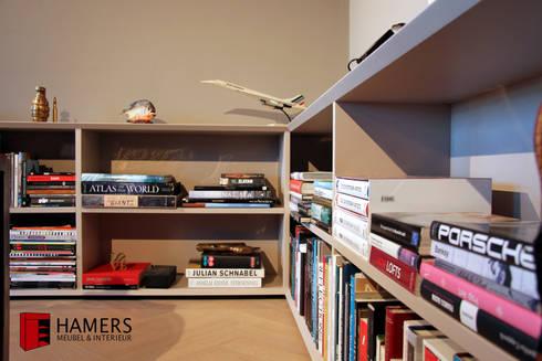 Bookcase: moderne Woonkamer door Hamers Meubel & Interieur