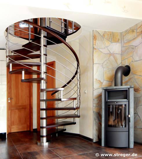 Spindeltreppe mit Galeriegeländer :  Wohnzimmer von STREGER Massivholztreppen GmbH