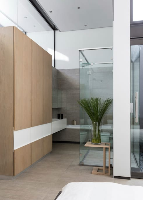 House Sar :  Bathroom by Nico Van Der Meulen Architects