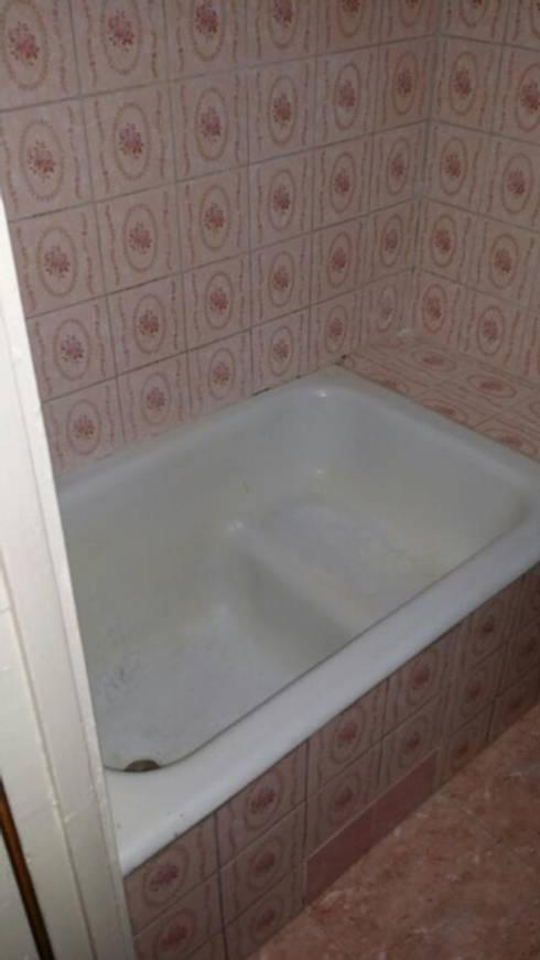 Estado anterior del baño:  de estilo  de 2 Mar Construcciones  HNOS. VINCELLE LLAMEDO S.L.
